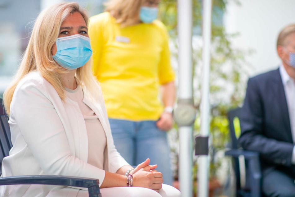 Mit Mund- und Nasenschutz sitzt Melanie Huml (44, CSU), Gesundheits- und Pflegeministerin aus Bayern, während eines Besuchs im Pflegeheim.