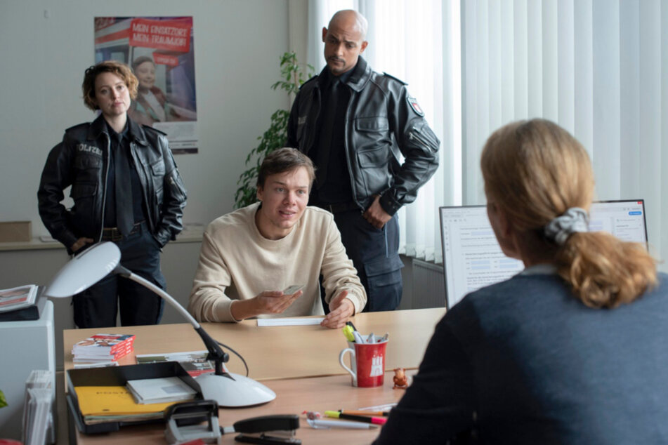 Nina Sieveking (Wanda Perdelwitz, l.) und Lukas Petersen (Patrick Abozen, 2.v.r.) haben Verständnis für den verzweifelten Fabian Grebe (Andreas Warmbrunn, 2.v.l.).