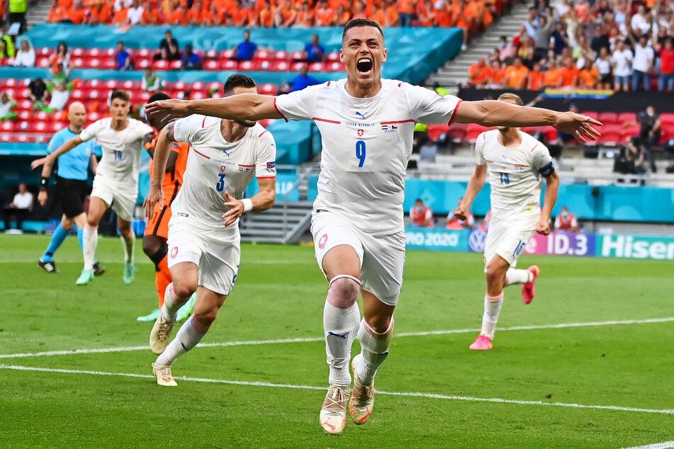 Grenzenloser Jubel bei Slavia Prags Tomas Holes (v.): Tschechien steht auch dank seinem Tor im EM-Viertelfinale!