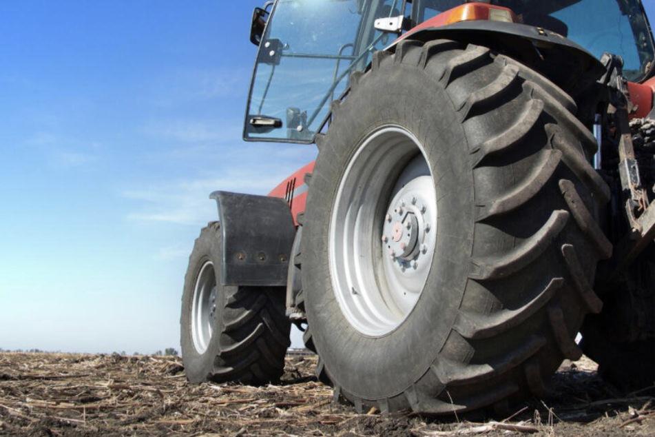 Wie genau es zu dem tödlichen Unfall des Traktor-Fahrers kommen konnte, ist noch unklar. (Symbolbild)