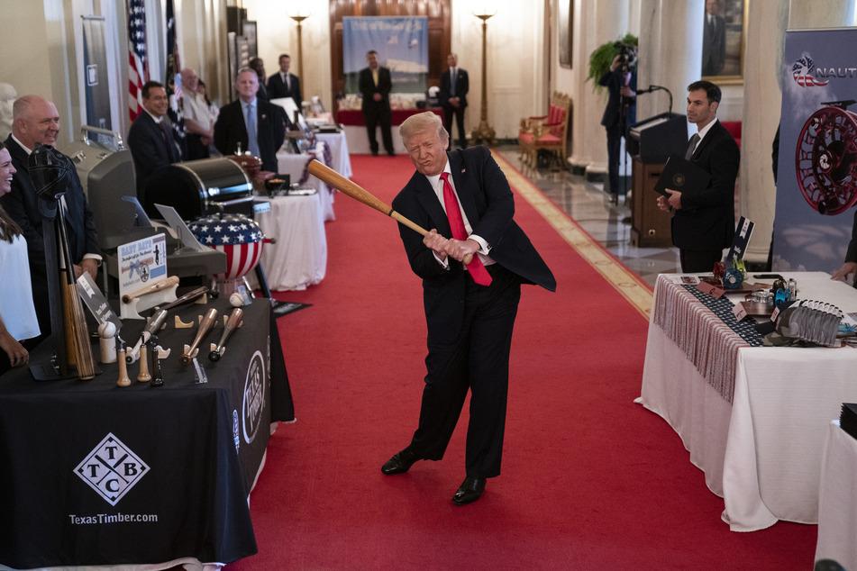 """2. Juli, Washington: Donald Trump (M), Präsident der USA, schwingt einen Baseball-Schläger beim """"Spirit of America Showcase"""" im Weißen Haus."""