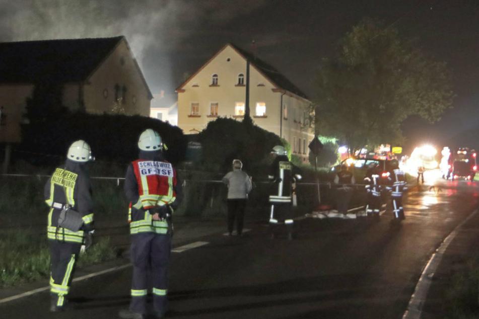 Feuer in Scheune mit Zuchtpferden: Radlader geht in Flammen auf