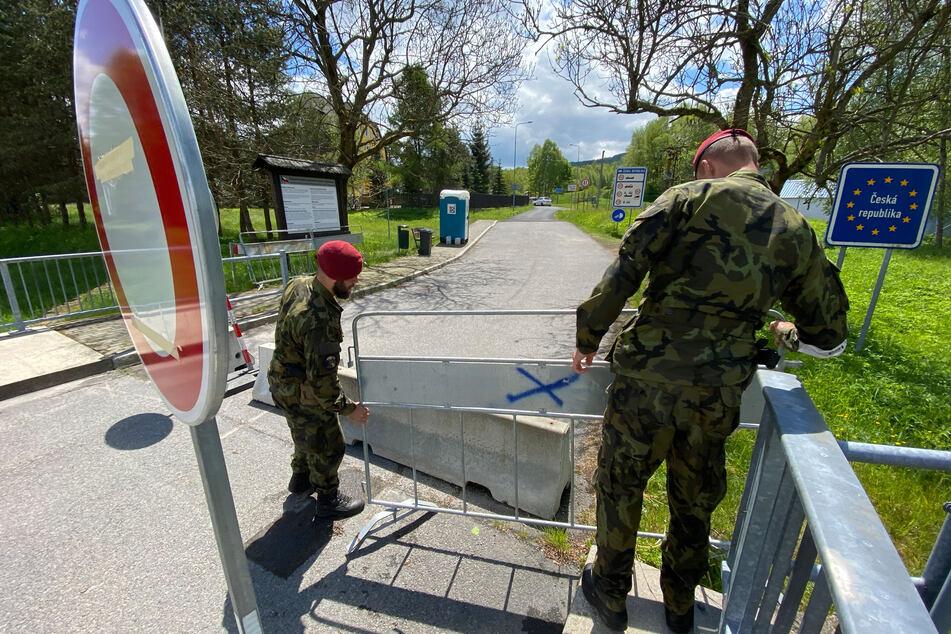 Die Absperrgitter werden von tschechischen Grenzsoldaten weggeräumt: Die Grenze ist wieder offen!