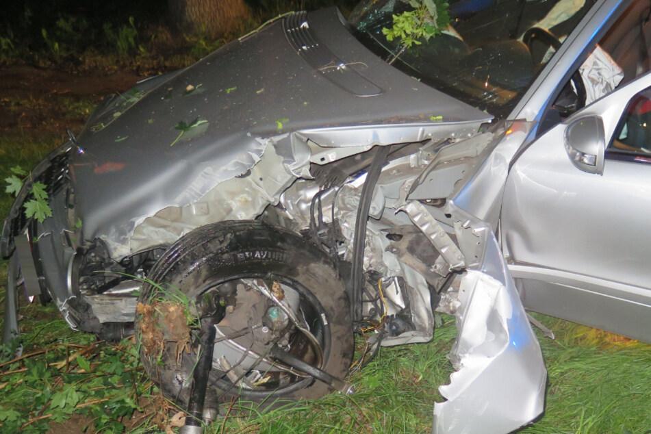 Fahranfängerin (18) rast mit Mercedes in Betonblock