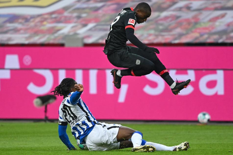 Dedryck Boyata (l.) kommt vor Leverkusens Moussa Diaby an den Ball.