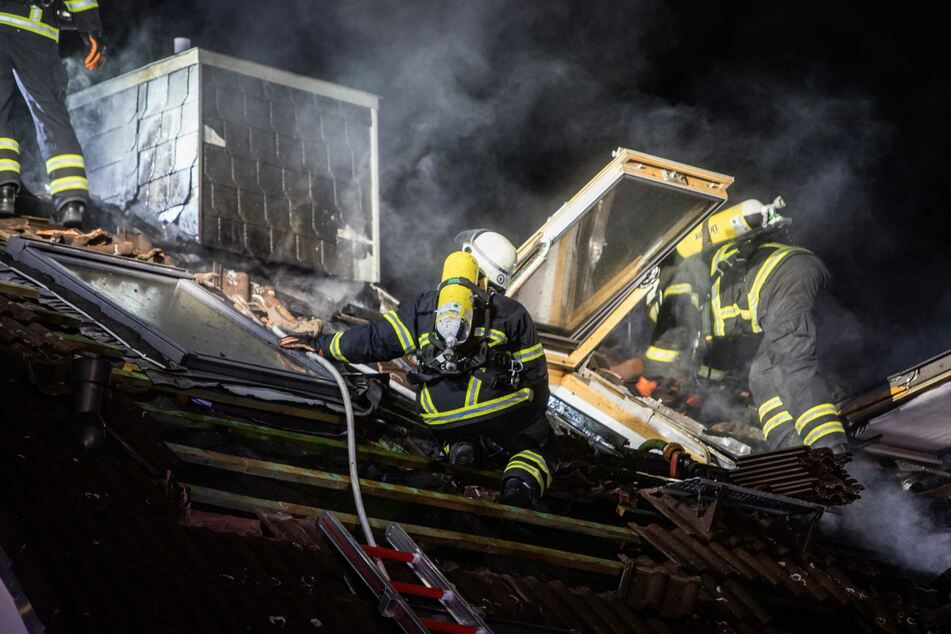 Die Einsatzkräfte deckten das Dach ab, um an die Glutnester zu gelangen.