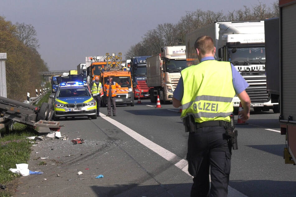 Auf der rechten Spur entstand infolge des Unfalls ein kilometerlanger Stau.