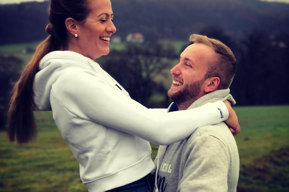 Inzwischen wohnen beide zusammen und sind auch schon verlobt.