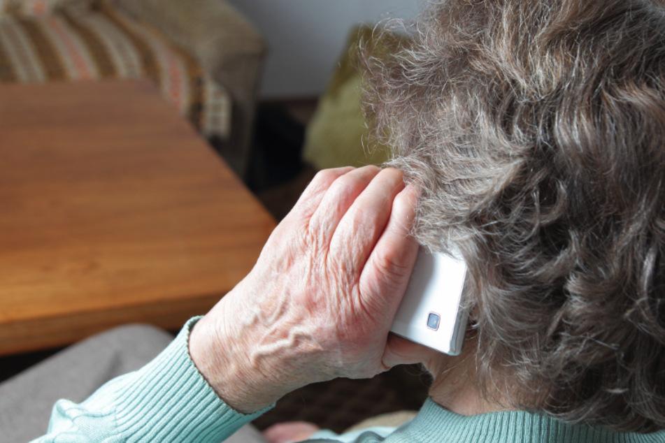Eine Rentnerin aus Chemnitz ist Opfer des sogenannten Enkeltricks geworden (Symbolbild).