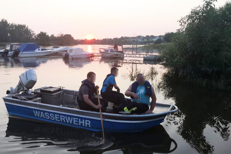 Die Einsatzkräfte bargen am Freitagabend die Leiche des 85-jährigen Karl-Heinz S. aus der Elbe in Coswig.