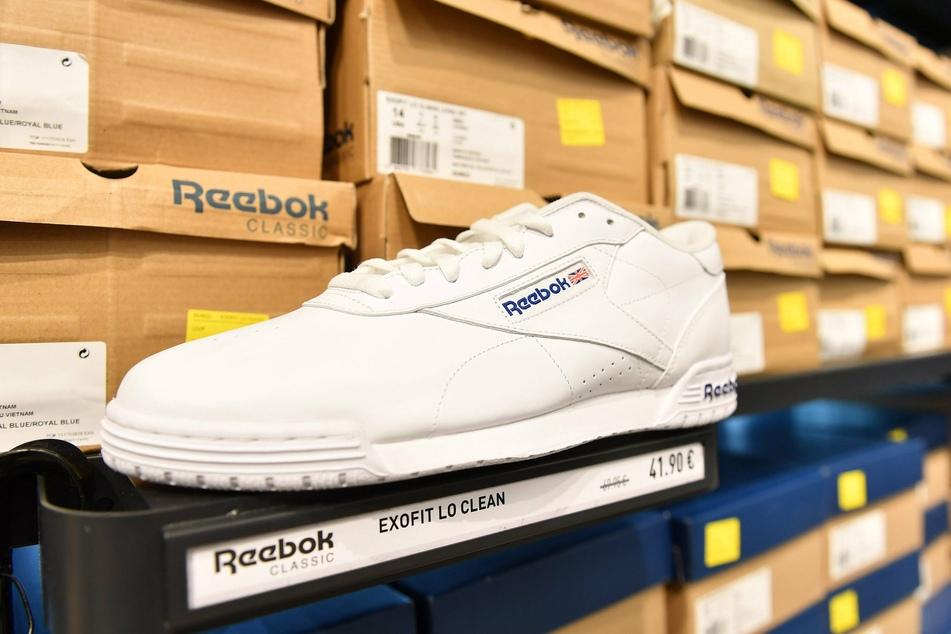 In geklauten Reeboks (Symbolfoto) ging der Einbrecher auf nächtliche Tour. Prompt konnte die Polizei ihm die Schuhspuren zuordnen.