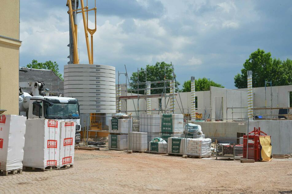 Hinter den Lockdown-Kulissen wurde im Chemnitzer Tierpark fleißig gebaggert. In das neue Gebäude sollen Schlachterei, Insektenzucht und Büros einziehen.