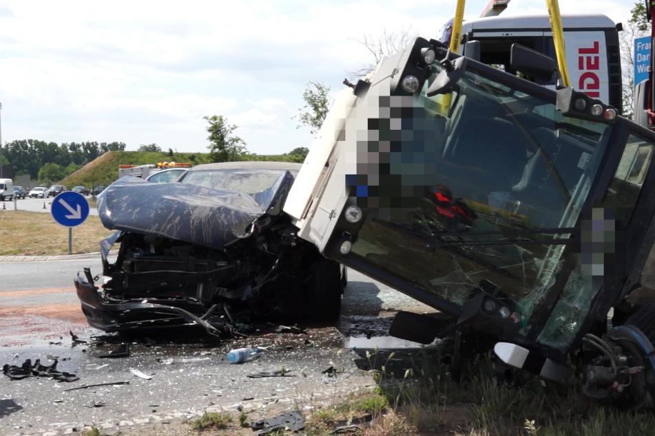 Heftiger Unfall an der A60: Auto kracht bei Ginsheim-Gustavsburg in Straßenreinigungsfahrzeug