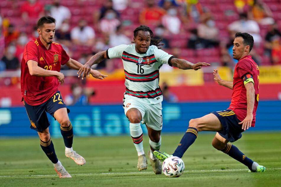 Portugals Renato Sanches (M.) versucht, an Spaniens Pablo Sarabia (l.) und Sergio Busquets (r.) vorbeizukommen.