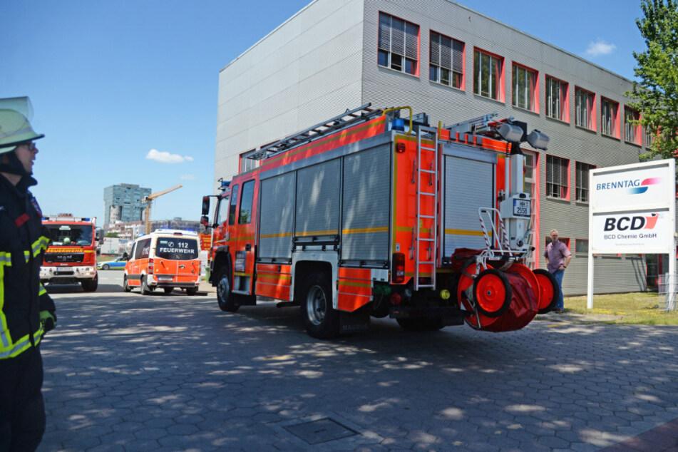 Mehrere Feuerwehrautos fahren auf das Gelände.