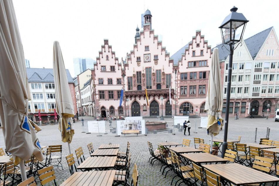 Leere Tische und Stühle vor einem Lokal am Frankfurter Römer. (Archivbild)