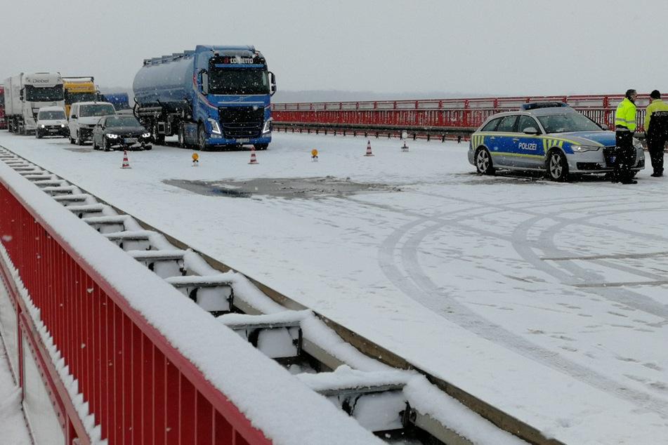 Nach einem schweren Verkehrsunfall mit mehren Lastwagen sperrt die Polizei die A9 zwischen Dessau-Ost und Vockerode in Richtung Berlin auf der Elbebrücke Vockerode.