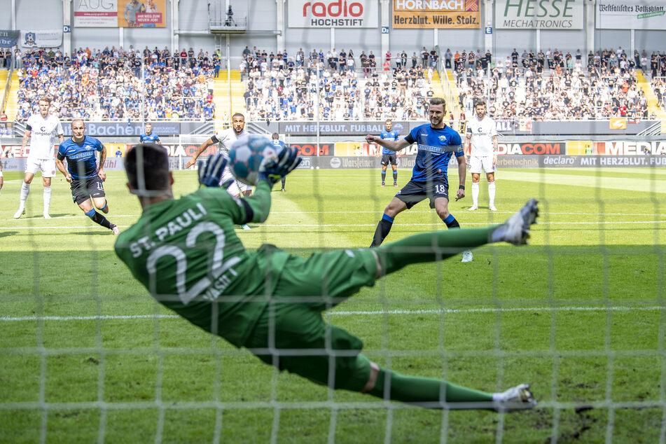 Richtig starker Torwart: Hier pariert Vasilj (vorne) am 4. Spieltag den Elfmeter von Paderborns Dennis Srbeny (2.v.r.).