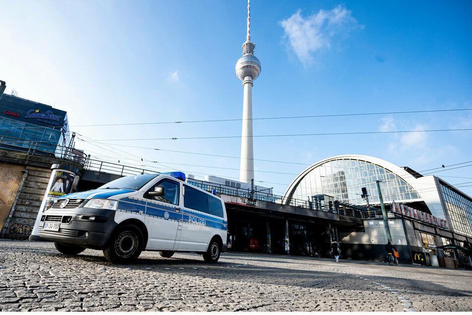 Berlin: Crash beim Alexanderplatz: Polizeiauto und Straßenbahn krachen zusammen