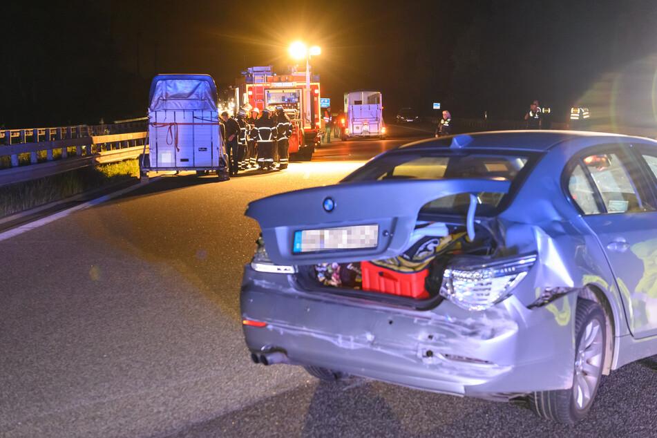 Einer der Unfallwagen steht auf der Autobahn.