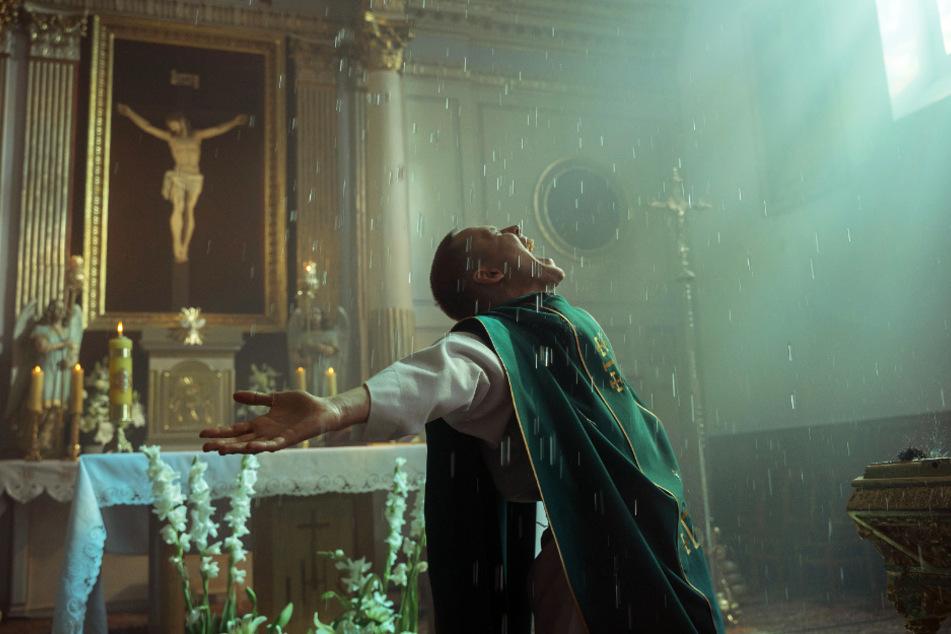 """Ex-Sträfling Daniel (Bartosz Bielenia) gibt sich in """"Corpus Christi"""" als Priester aus - und kommt damit durch!"""