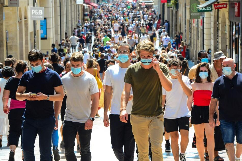 Bordeaux: Passanten tragen in der Haupteinkaufsstraße Sainte-Catherine Mundschutze, nachdem am 15. August das Tragen einer Maske verpflichtend wurde. Das Bußgeld für die Nichteinhaltung der Maskenpflicht beträgt 135 Euro.