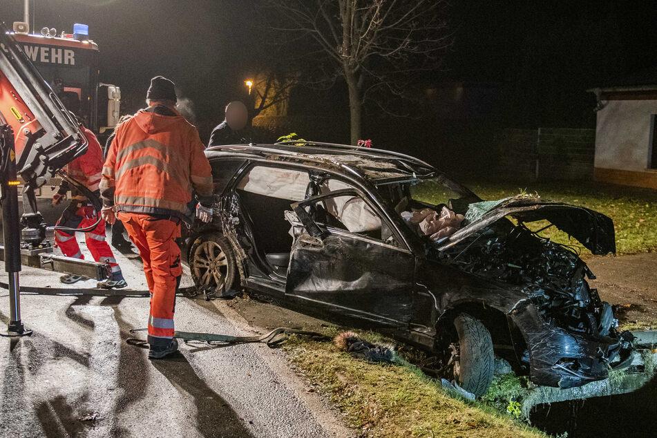 Die Feuerwehr musste den Mercedes zunächst aus dem Straßengraben ziehen, um ihn zu bergen.