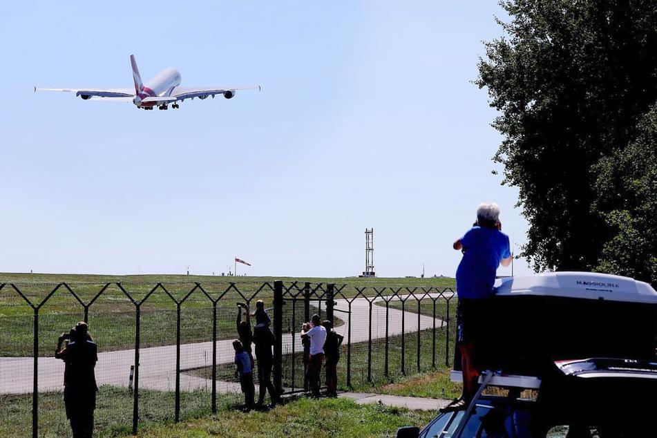 Zahlreiche Flugzeug-Fans verfolgten den Start des Airbus am Dresdner Flughafen.