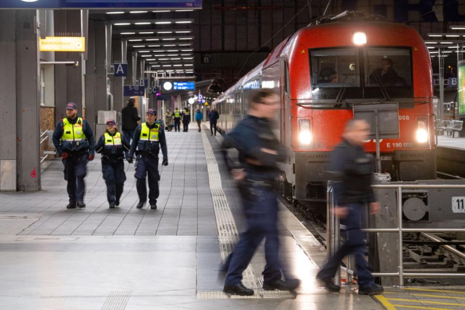 Im Zug von München nach Ingolstadt wurde der 16-Jährige plötzlich attackiert. (Symbolbild)