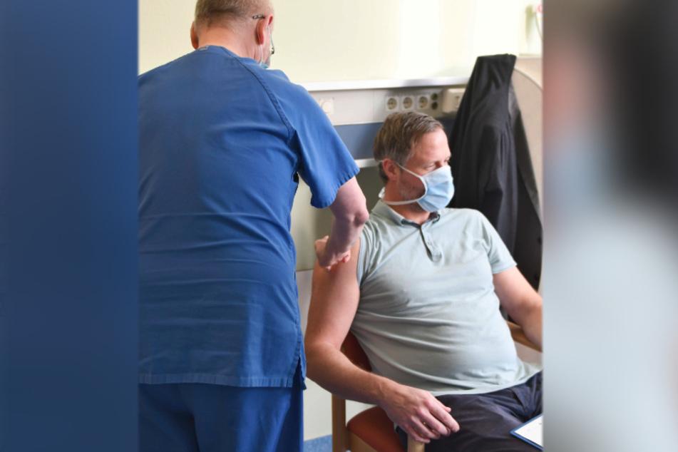 Dr. Thomas Grünewald (links) beim Impfen des Kaufmännischen Geschäftsführers Dirk Balster im Klinikum Chemnitz.
