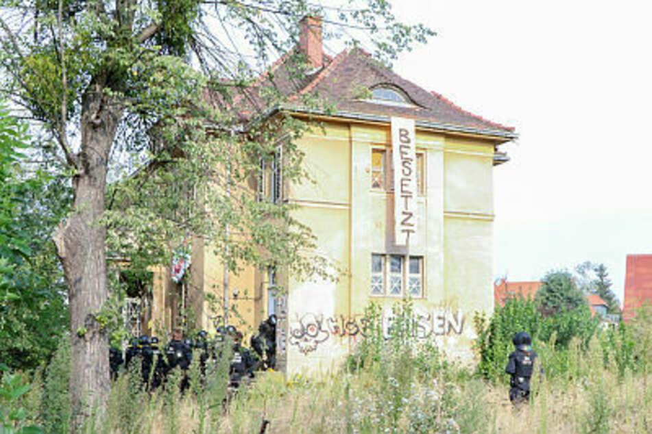Die leerstehende Villa am Basteiplatz 3 in Dresden-Strehlen wurde im August 2019 von Aktivisten besetzt. Polizisten stürmten das Gebäude. Kam es dadurch zu dem hohen Sachschaden?