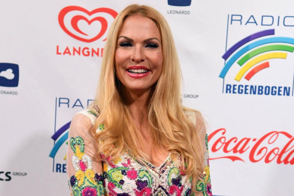 Sonya Kraus bei der Verleihung der Radio Regenbogen Awards 2019 (Bildmontage Foto: Uli Deck/dpa)