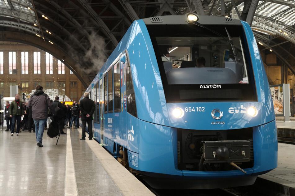 Ein Wasserstoffzug steht zur Premierenfahrt in den Leipziger Hauptbahnhof bereit. 2023 sollen diese Züge auch in Thüringen fahren.