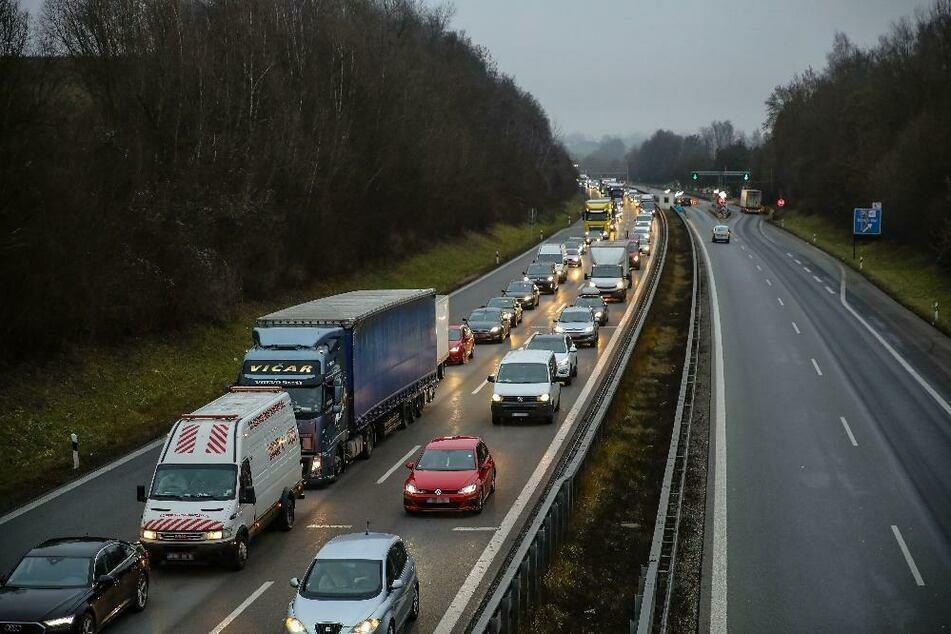 Seehofer kündigte für grenzüberschreitenden Reiseverkehr auch schärfere Kontrollen an. (Archiv)