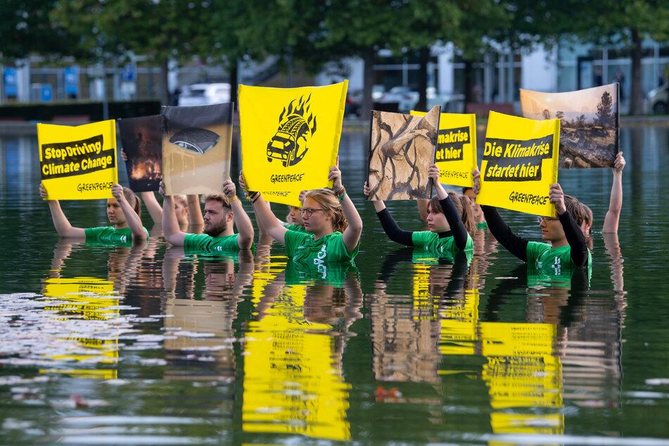 Zahlreiche Greenpeace-Aktivisten haben in München für einen deutlich schnelleren Abschied vom Verbrennungsmotor demonstriert.