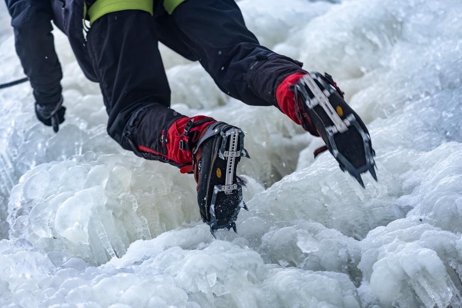 Spezielle Eiskletterschuhe bieten extra guten Halt beim Erklimmen des Blauenthaler Wasserfalls.