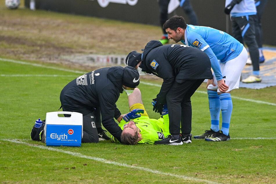 1860-Keeper Marco Hiller musste nach einem Zusammenstoß mit Steffen Nkansah vom FSV Zwickau auf dem Feld behandelt werden.