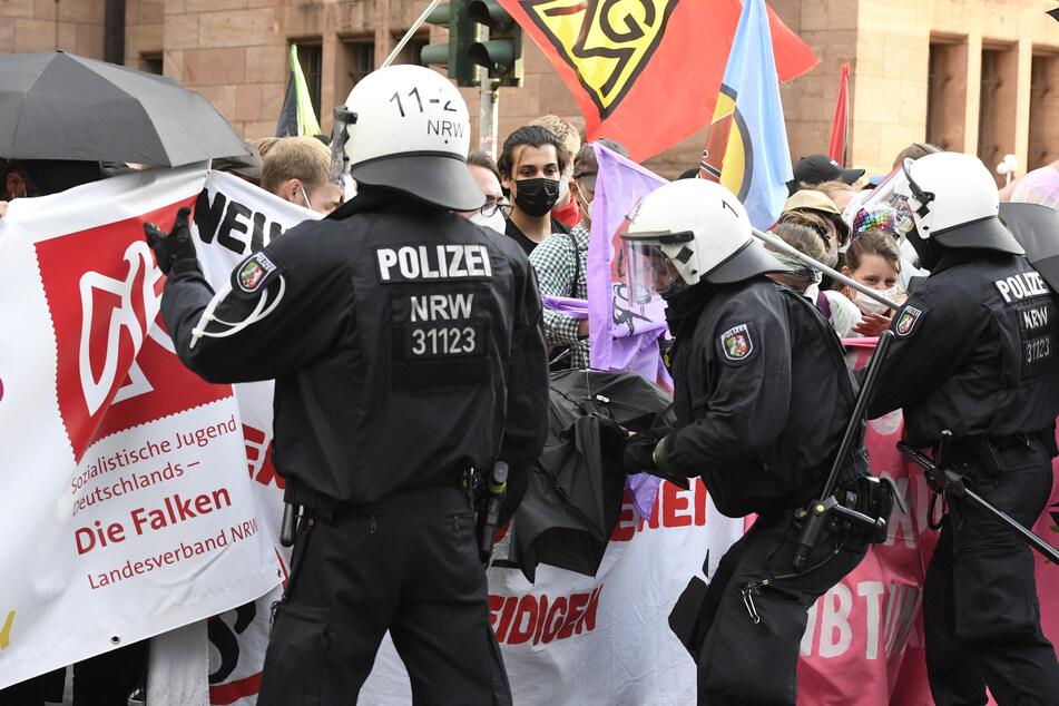 Polizisten kesseln einen Teil der Demonstranten, die gegen das geplante Versammlungsgesetz in NRW protestieren, ein.