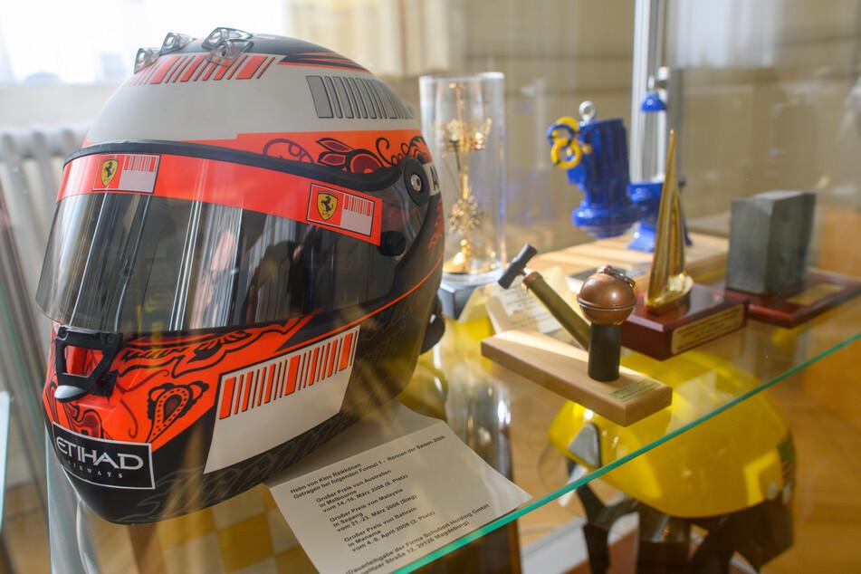 Ein Helm von Kimi Räikkönen ist in der Staatskanzlei von Sachsen-Anhalt in einer Vitrine mit Geschenken zu sehen.