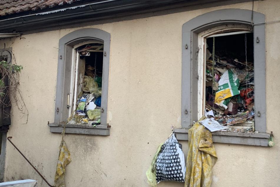 Bis zur Decke voll mit Müll und Unrat: Entsetzte Feuerwehrleute bekämpfen Brand in Messi-Haus