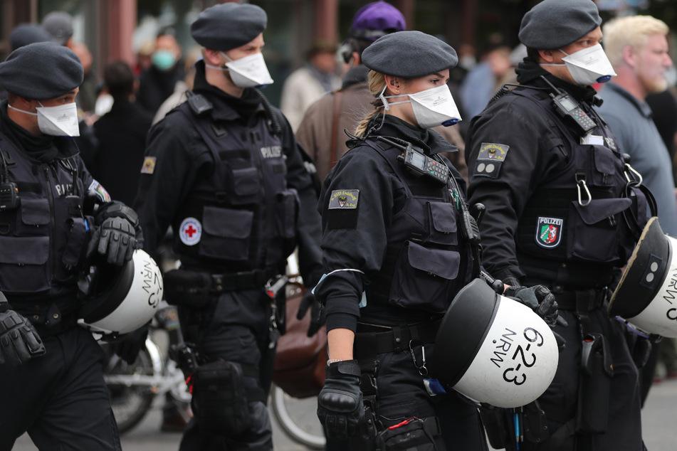 Polizisten tragen am Rande einer Demonstration am Rosa-Luxemburg-Platz Mundschutz am 1. Mai vergangenen Jahres.