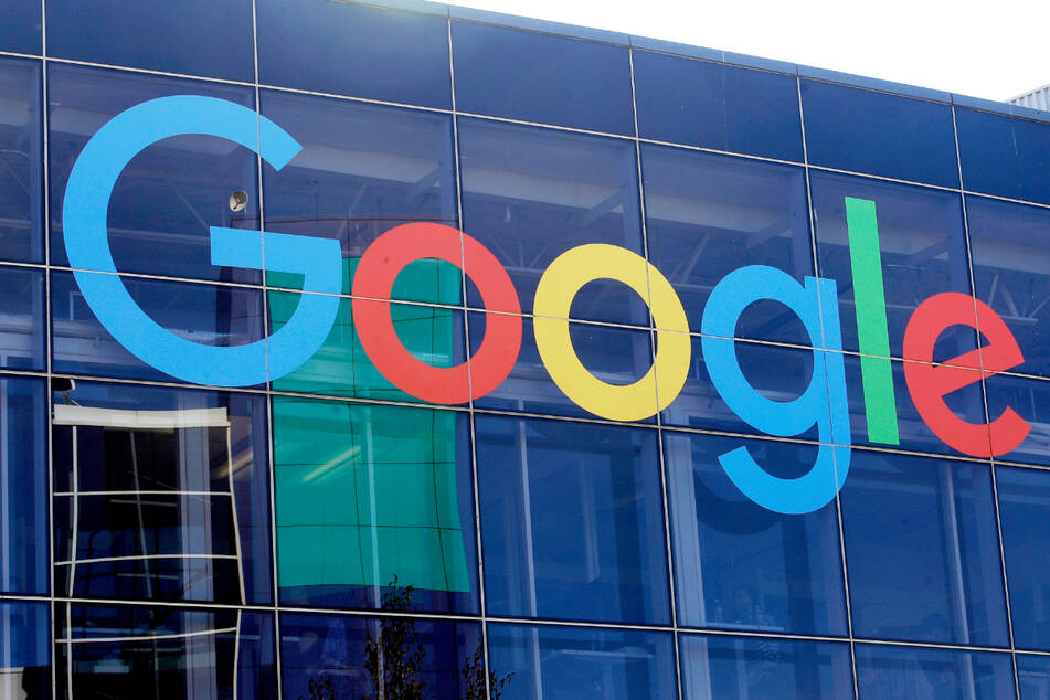 Das Logo von Google an der Fassade des Muttersitzes vom Unternehmen.