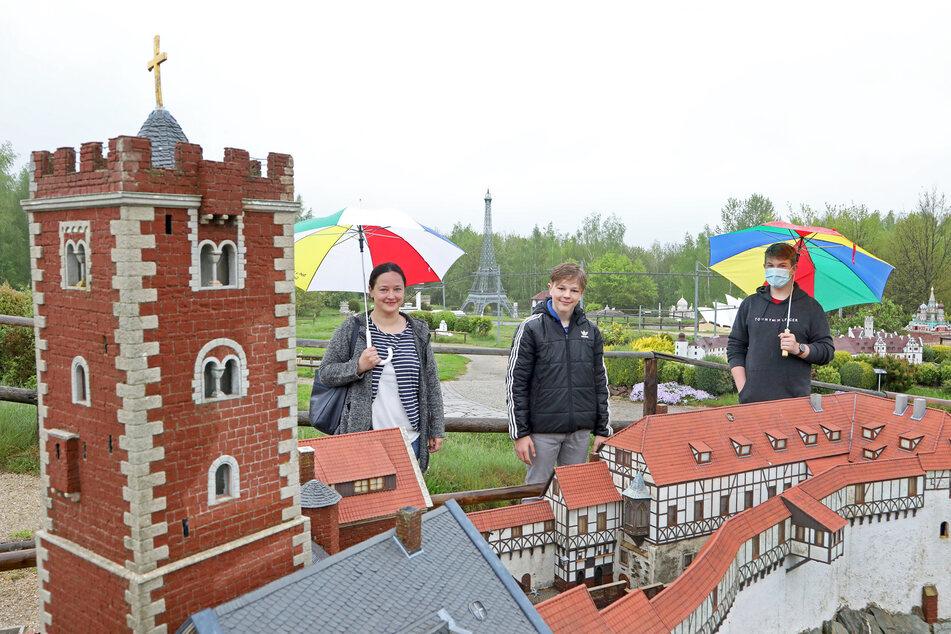 Die ersten Gäste der Lichtensteiner Mini-Welt 2021: Nicole Romanowski aus Langenberg mit Sohn Ron und Kumpel Lukas Linder (r.).