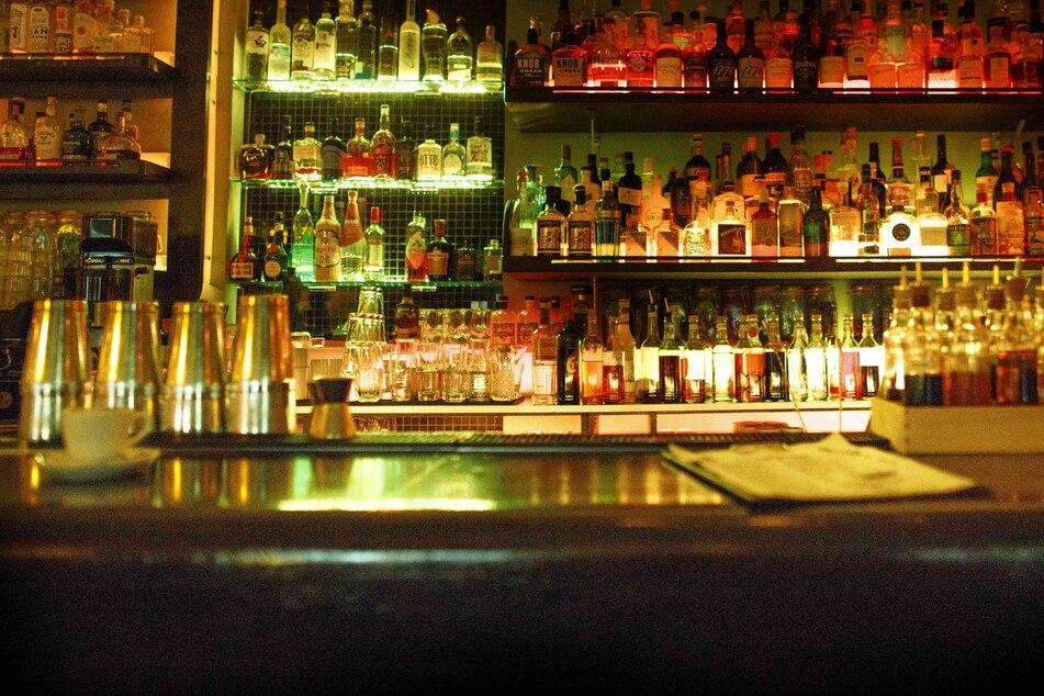 """Ein Besucher der Hamburger Cocktailbar """"Sands Bar"""" wurde später positiv getestet. Hunderte Personen sind nun zum Testen aufgerufen. (Symbolfoto)"""