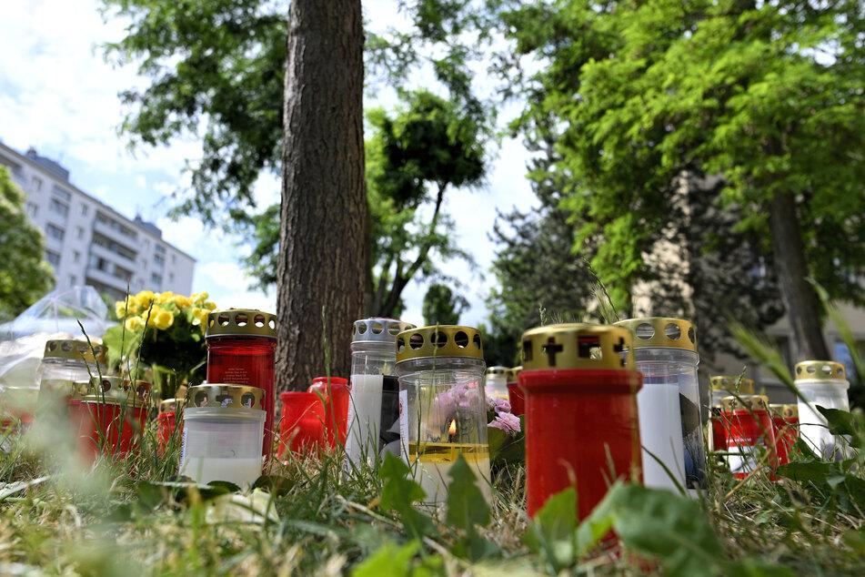 Kerzen und Blumen liegen am Fundort der Leiche des getöteten 13 Jahre alten Mädchens.