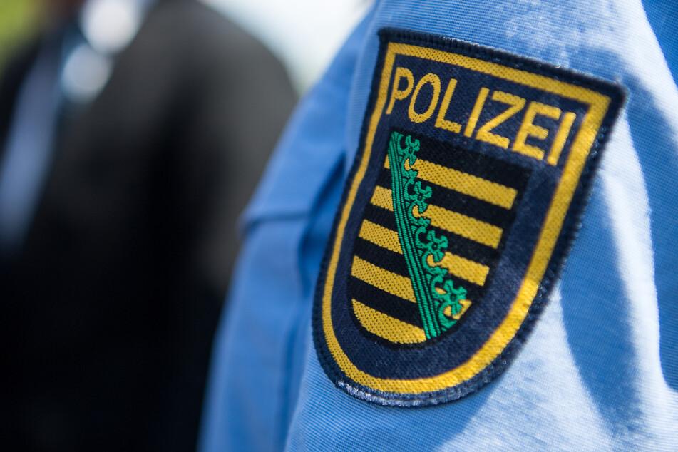 Das Logo der sächsischen Polizei ist an einer Polizeiuniform angebracht (Symbolbild).