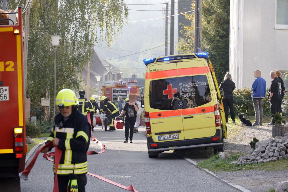 Ein Bewohner des Hauses wurde mit einer Rauchgasvergiftung ins Krankenhaus gebracht.