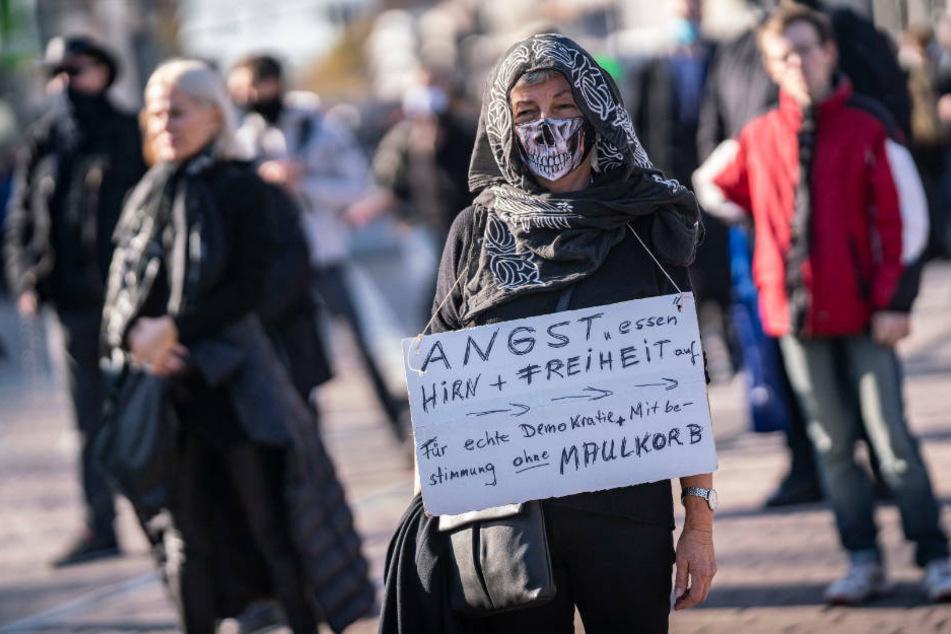 Aus Protest gegen die staatlichen Corona-Beschränkungen gingen in Darmstadt nach Polizeiangaben knapp 300 Menschen auf die Straße.