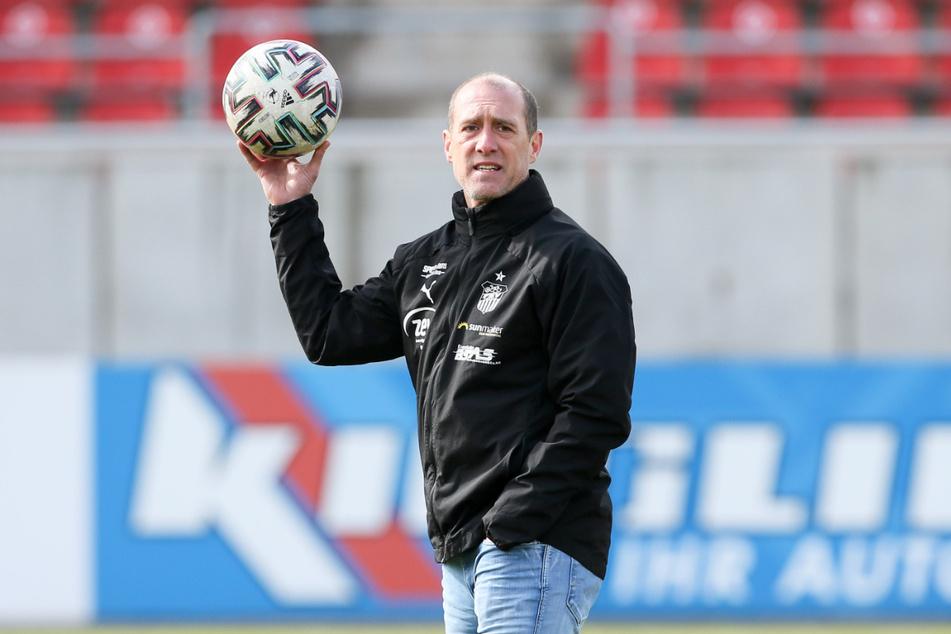Im März ist FSV-Coach Joe Enochs (49) mit seiner Mannschaft umsonst zum FCK gefahren - die Partie wurde wegen Starkregens kurzfristig abgesagt. Am 7. April wird das Spiel nachgeholt.
