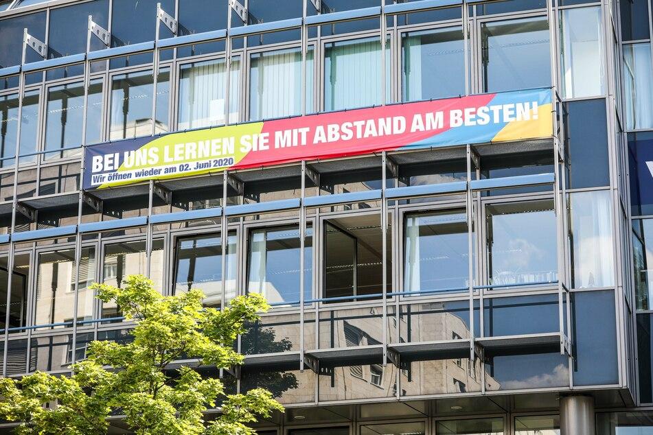 Die Dresdner Volkshochschule macht mit einem Banner am Gebäude auf die besonderen Lernumstände aufmerksam.